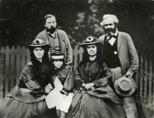 Friedrich Engels und Karl Marx mit seinen Töchtern Laura, Eleonor und Jenny (v.l.n.r.), Mai 1864